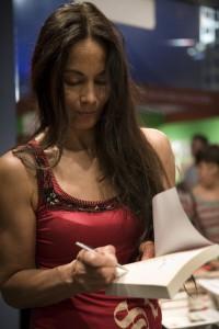 Marion Bloem signeert op de Tong Tong Fair