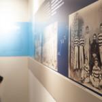 Bezoeker in de tentoonstelling over Pa van der Steur op de Tong Tong Fair